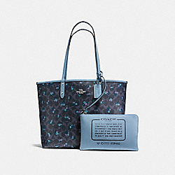 REVERSIBLE CITY TOTE IN SIGNATURE C RANCH FLORAL COATED CANVAS - f59460 - SILVER/DENIM