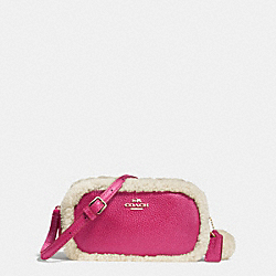 CROSSBODY POUCH IN LEATHER AND SHEARLING - f64706 - IMITATION GOLD/CRANBERRY/NATURAL