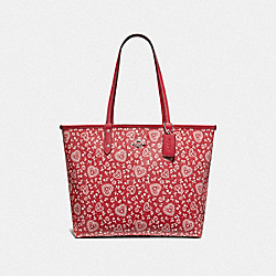 REVERSIBLE CITY TOTE WITH LACE HEART PRINT - F67482 - RED MULTI/RED/SILVER