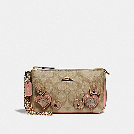 COACH F67494 LARGE WRISTLET 19 IN SIGNATURE CANVAS WITH HEART APPLIQUE<br>蔻驰大腕19在签名画布心脏贴花 卡其色多/仿金