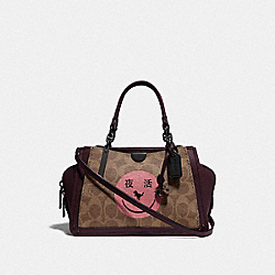 COACH F73946 - DREAMER 21 IN SIGNATURE CANVAS WITH REXY BY YETI OUT V5/TAN OXBLOOD
