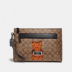CARRYALL POUCH IN SIGNATURE CANVAS WITH VANDAL GUMMY - F76858 - TAN/BLACK ANTIQUE NICKEL