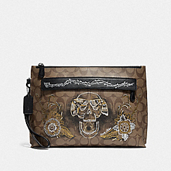 CARRYALL POUCH IN SIGNATURE CANVAS WITH CHELSEA ANIMATION - F76957 - TAN/BLACK ANTIQUE NICKEL