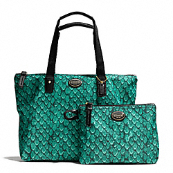 GETAWAY SNAKE PRINT SMALL PACKABLE TOTE - f77455 - BRASS/EMERALD