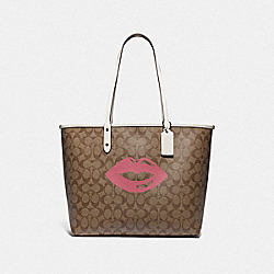 REVERSIBLE CITY TOTE IN SIGNATURE CANVAS WITH LIPS MOTIF - F78257 - QB/KHAKI MULTI