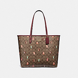 REVERSIBLE CITY TOTE IN SIGNATURE CANVAS WITH PARTY ANIMALS PRINT - F80246 - IM/KHAKI PINK MULTI WINE