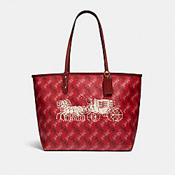 REVERSIBLE CITY TOTE WITH HORSE AND CARRIAGE PRINT - F82135 - IM/BRIGHT RED/CHERRY MULTI