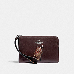 STAR WARS X COACH CORNER ZIP WRISTLET WITH EWOK - F88925 - QB/OXBLOOD MULTI