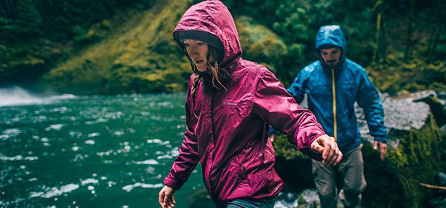 ... al agua te mantendrán seca bajo la llovizna, mientras que las chaquetas  y softshell impermeables te protegerán perfectamente de los aguaceros.