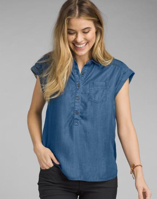 a03aaa0f027da8 A woman wearing a blue short-sleeve top.