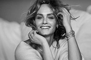 模特Amber Valletta佩戴着多款Tides 925纯银密镶白钻石珠宝首饰。