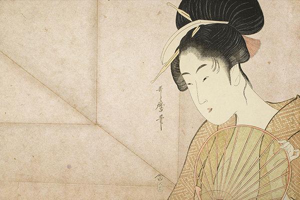 一幅日本印花图片,图中是一位身穿和服的歌姬,拿着扇子放在胸前。