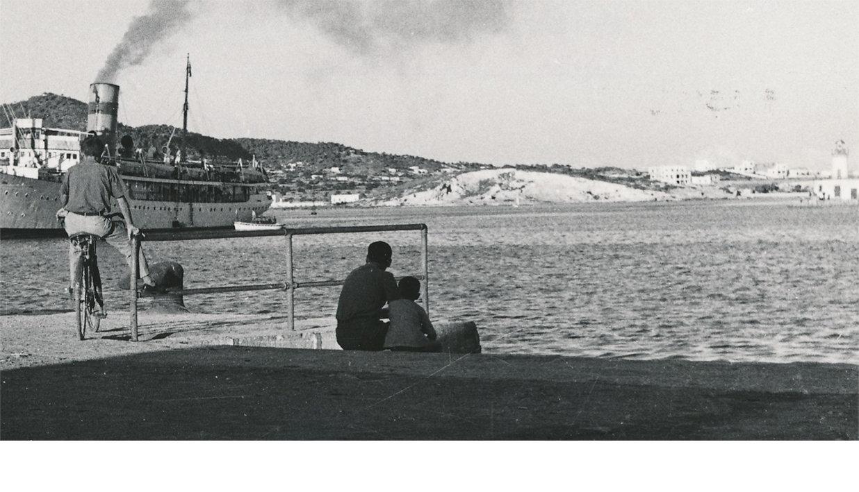 在伊维萨岛港口的船只和人们的黑白照片。