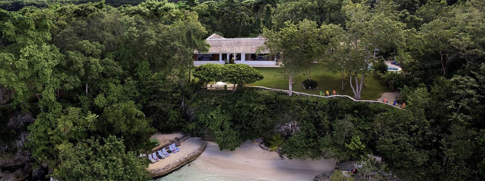 一张在牙买加黄金眼度假村拍摄的彩色照片。