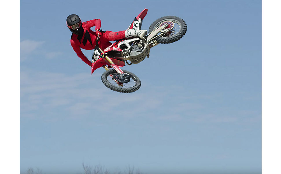 Chase Sexton on this dirt bike and wearing Fox V3 Helmet