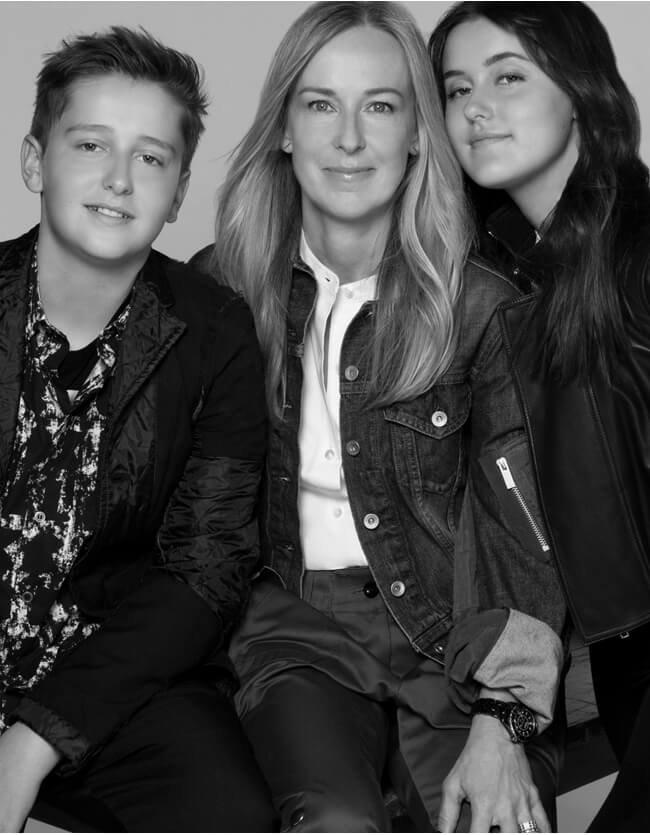 Holt Renfrew image d'un Natalie Penno, VP, Conception et  Développement du réseau, sa fille et son fils