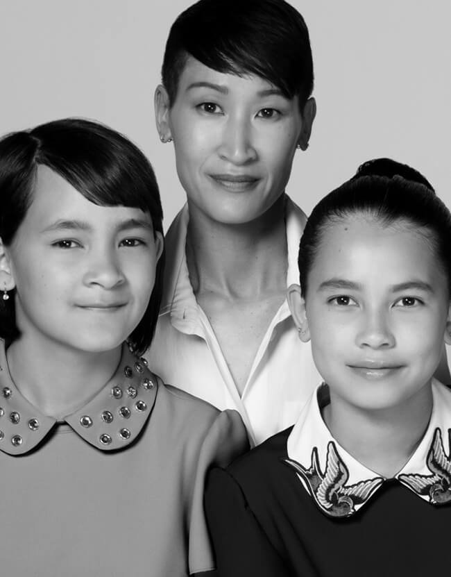 Holt Renfrew image d'un Tracy Look Hong, directrice supérieure, Conception et planification des magasins, et ses filles