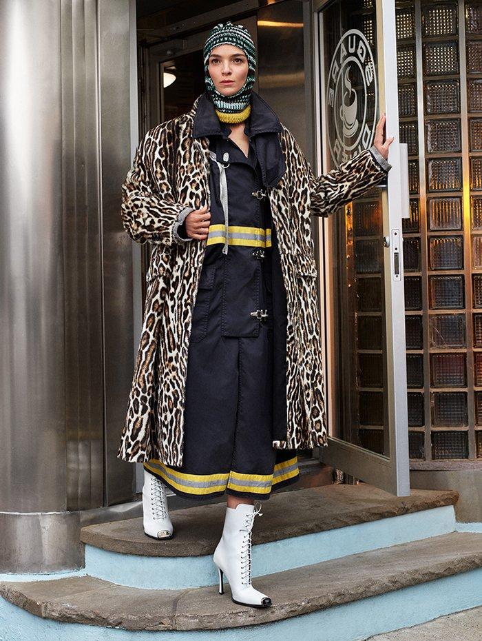 Holt Renfrew Image of CALVIN KLEIN 205W39NYC manteau en cuir de veau à imprimé léopard. 11 600 $. Manteau en gabardine de coton et résine en noir. 3 600 $. Cagoule multicolore. 350 $.