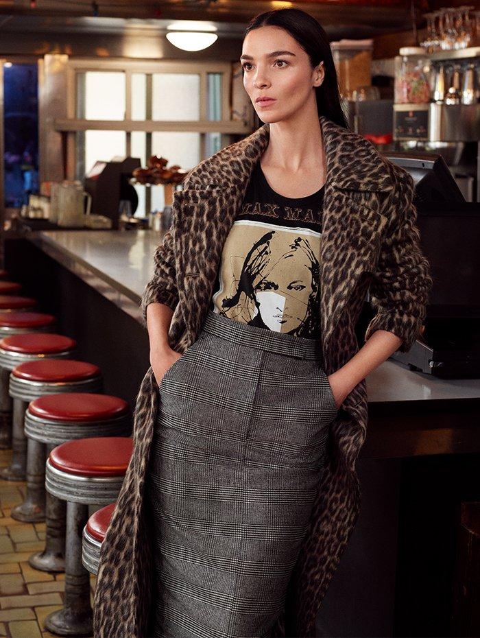 Holt Renfrew Image of MAX MARA manteau en laine vierge et jacquard de suri alpaga à motif léopard. 4 150 $. Cami à motif graphique en jersey de coton noir. 295 $. Jupe fourreau en laine vierge et cachemire à tartan Prince-de-Galles noir et beige. 745 $.
