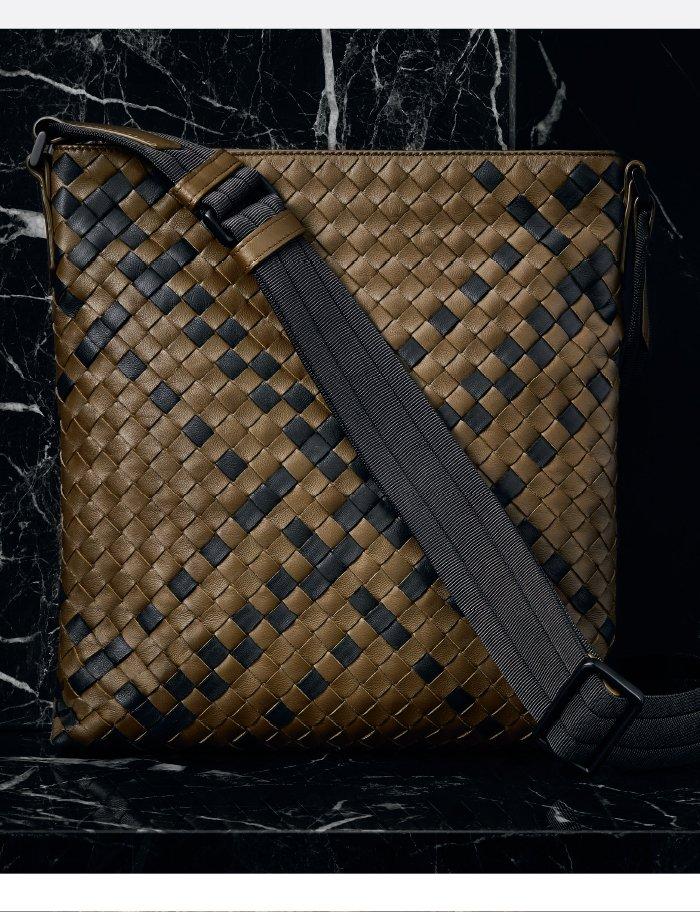 Holt Renfrew Image de BOTTEGA VENETA Sac messager en cuir nappa tressé à motif tartan moutarde et noir. 2 350 $. TROUVEZ VOTRE MAGASIN.