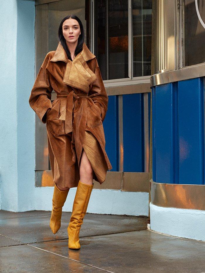 Holt Renfrew Image of AKRIS manteau de kangourou réversible en kaki. 10 350 $.