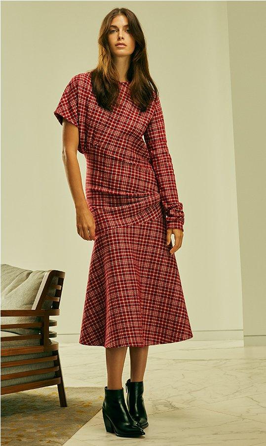 CALVIN KLEIN 205W39NYC robe drapée à tartan. 1 150 $. EN MAGASIN CHLOÉ bottines Rylee en cuir de veau brillant. 1 180 $.