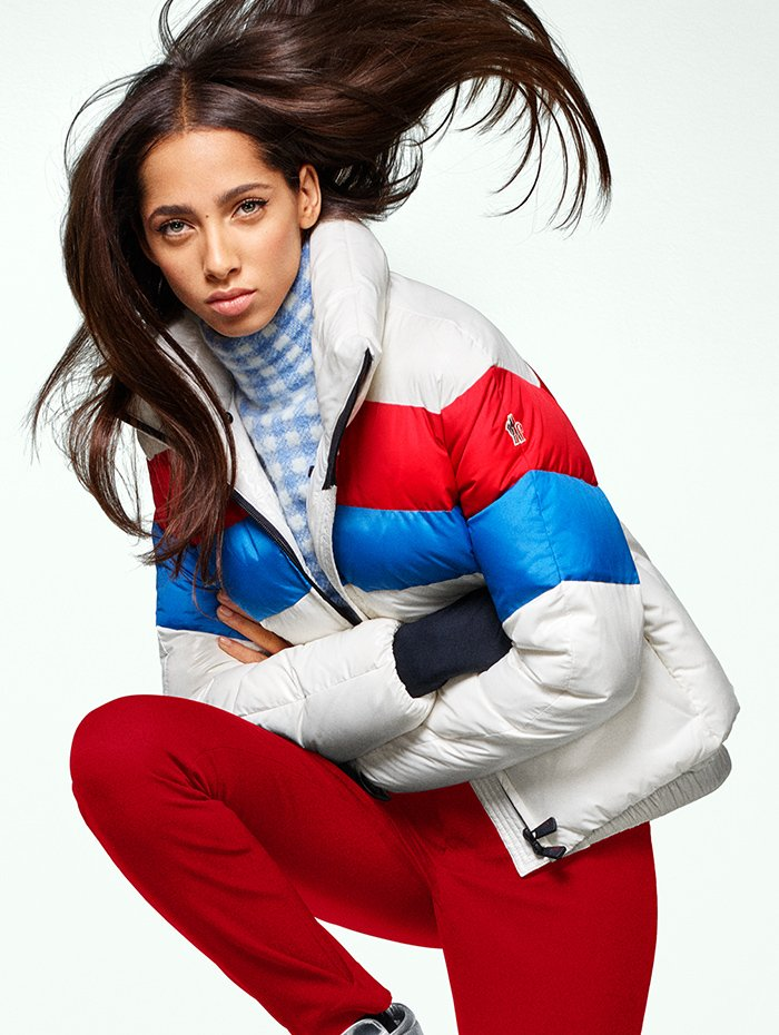 Holt Renfrew image de MONCLER GRENOBLE veste Lamar en blanc, bleu et rouge. 1 575 $. Chemisier en vichy bleu et blanc. 690 $. Pantalon Sportivo en rouge. 515 $.