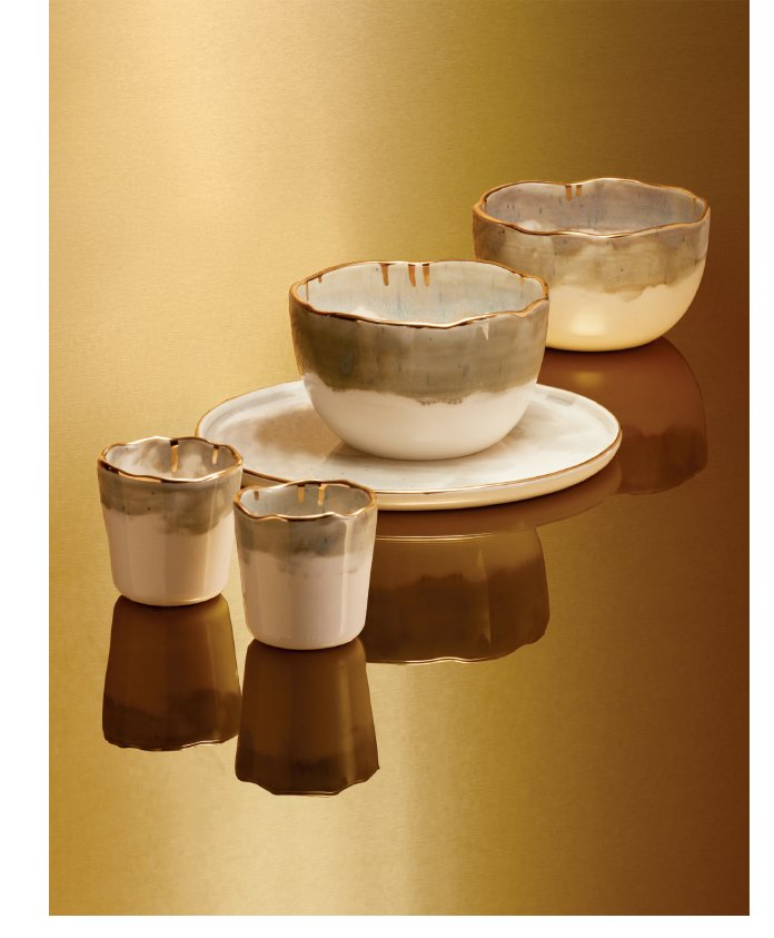 Holt Renfrew image d'un DOMPIERRE. Articles de vaisselle en porcelaine de la collection Or, faits main à partir d'argile canadienne recyclée. Gobelet. 25 $ ch. Bol. 35 $ ch. Assiette. 32 $. MAGASINER DOMPIERRE