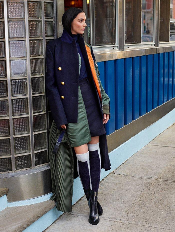 Holt Renfrew Image of SACAI manteau hybride. 2 380 $. Jupe plissée. 1 470 $. Deux articles en laine Melton marine et mélange de polyesters kaki.