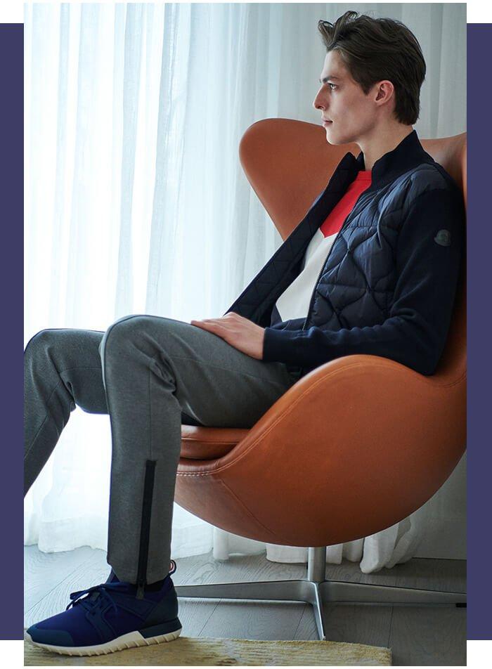 Holt Renfrew image d'un MONCLER Veste matelassée rembourrée de duvet. 990 $. Tee-shirt Kith à contraste de couleurs. 305 $. Sneakers Emilien en néoprène. 510 $. MONCLER GRENOBLE Pantalon molletonné à motif nervuré. 800 $.