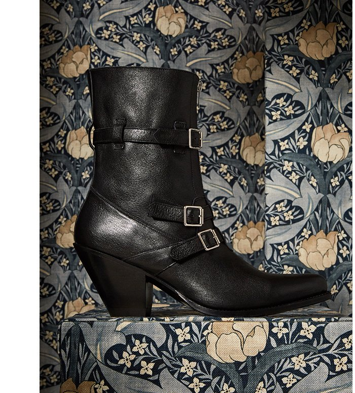 Holt Renfrew image d'un CELINE Bottines Celine Berlin en veau brillant. 1 700 $. TROUVEZ VOTRE MAGASIN