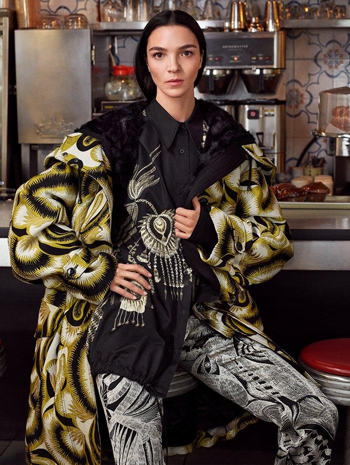 Holt Renfrew Image of DRIES VAN NOTEN manteau Verleri en jacquard imprimé en jaune. 3 610 $. Chemisier Cortez en noir à plumes brodées. 1 200 $. Pantalon Paola en noir. 855 $.