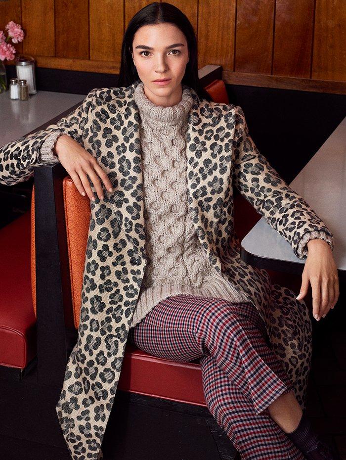 Holt Renfrew Image of SMYTHE manteau à revers à motif léopard chamois. 1 195 $. Ras du cou en tricot câblé en étain. 525 $. Pantalon à enfiler écourté et évasé à carreaux Sherlock. 495 $.