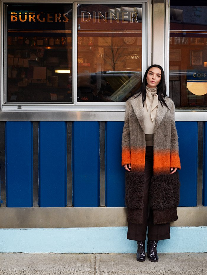 Holt Renfrew Image of AGNONA manteau en jacquard d'alpaga et de laine dégradé à insertion en rason. 8 750 $. Col roulé en cachemire côtelé amande. 1 190 $. Pantalon droit en laine à ourlets en praline. 1 250 $.
