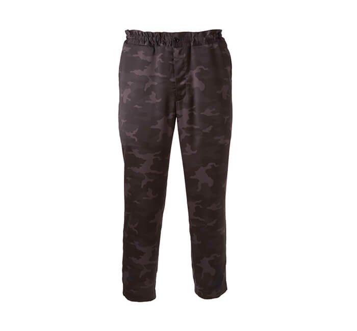 Holt Renfrew image d'un COMME DES GARÇONS BLACK Pantalon d'entraînement à motif camouflage. 630 $. EN MAGASIN