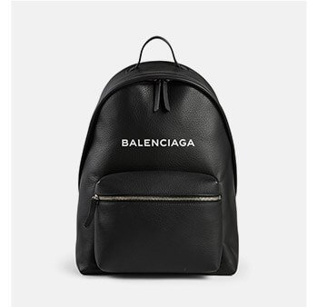 Holt Renfrew image d'un BALENCIAGA. Sac à dos Everyday en cuir à logo. MAGASINER MAINTENANT
