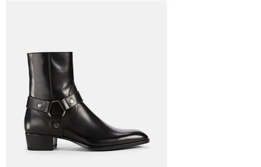 Holt Renfrew image d'un SAINT LAURENT. Bottes Wyatt en cuir à harnais. MAGASINER MAINTENANT