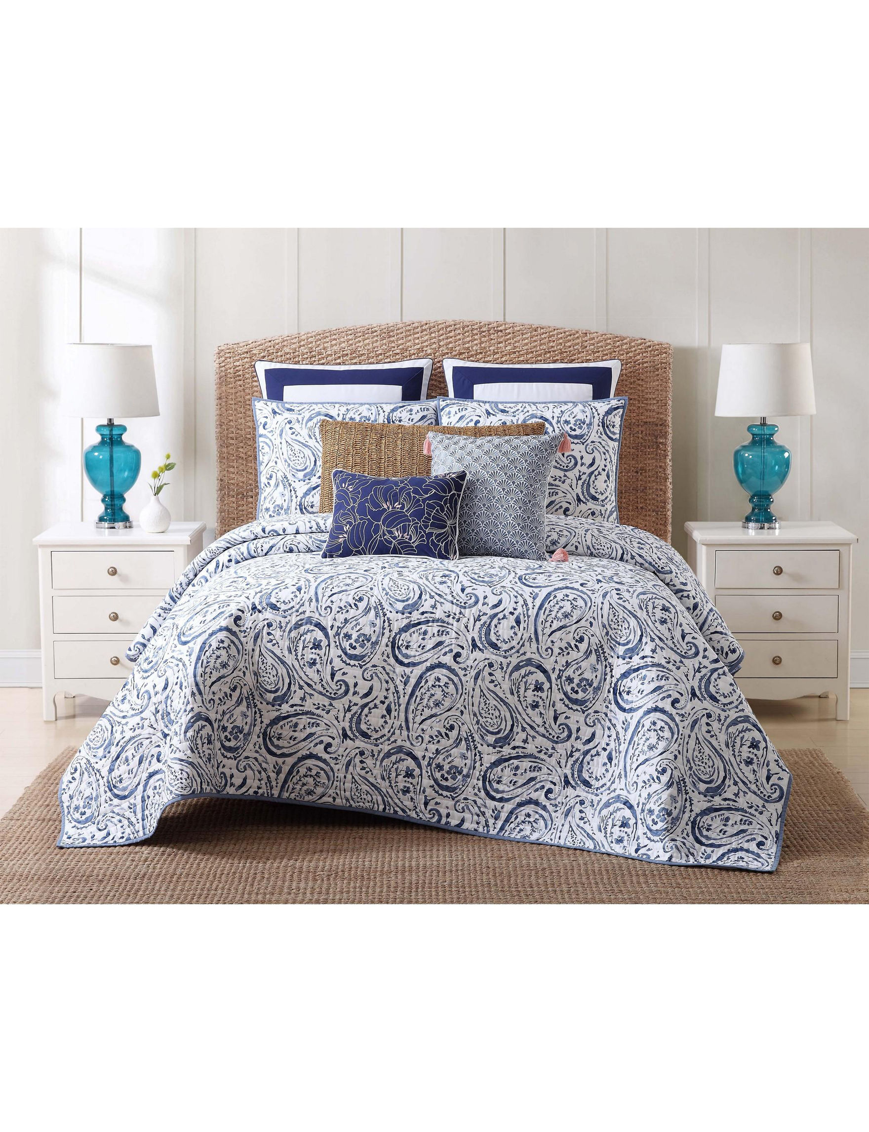 Oceanfront Resort Navy / White Quilts & Quilt Sets