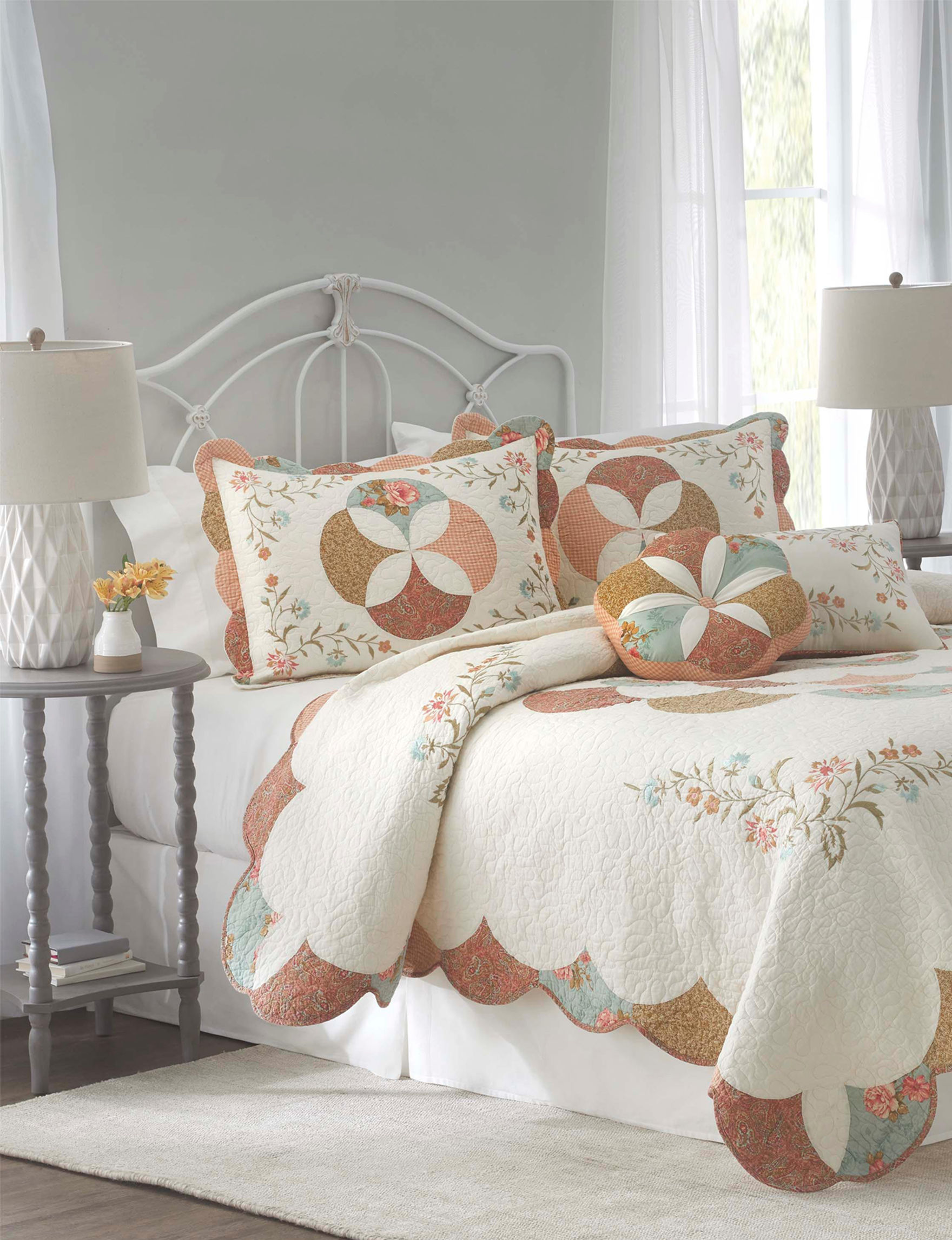 Nostalgia Home White / Multi Quilts & Quilt Sets
