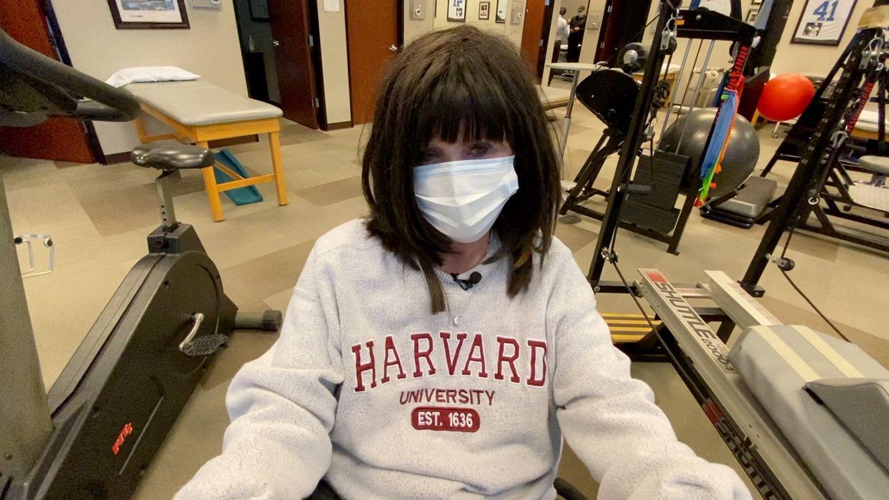 """Barbara Ingram se exercita em uma bicicleta durante sua sessão semanal de fisioterapia. (Spectrum News 1 / Lupe Zapata) """"estilo ="""" cursor: ponteiro; """"img-data-caption ="""" Barbara Ingram faz exercícios de bicicleta durante sua sessão semanal de fisioterapia. (Spectrum News 1 / Lupe Zapata) """"img-data-align ="""" center """"img-data-width ="""" percent-hundred """"img-data-wrap-text ="""" true """"img-data-edit ="""" true """"class = """"imagen-imagen-hash"""" /><p> Barbara Ingram se exercita em uma bicicleta durante sua sessão de fisioterapia semanal (Spectrum News 1 / Lupe Zapata)</p></p></div><p> O impulso de Ingram para permanecer jovem, você pode ver isso em sua dedicação na academia e estudando na frente de seu computador.</p><p> """"Ir para a escola é ainda mais importante para mim do que ficar em forma"""", disse Ingram. Mas, você sabe, o cérebro está sempre com nós e não queremos perder nossa memória. """"</p><p> Ingram formou-se em educação empresarial há 60 anos pela University of Miami, uma universidade de pesquisa em Coral Gables, Flórida. Agora, voltar para a escola tem sido uma maneira de permanecer conectado e desconectado ao mesmo tempo.</p><p> """"Não se esqueça que há uma pandemia"""", disse Ingram. """"Sei que há pessoas que morrem todos os dias, mas não parei por aí como faria se não tivesse meu trabalho para fazer.""""</p><p> Esta não é a primeira tentativa de Ingram de voltar para a escola. Ela e seu marido Stan Ingram frequentaram aulas na faculdade em Dallas nos últimos anos. Assistir às aulas na prestigiosa Ivy League deu a ele uma sensação de orgulho. Ela não está muito familiarizada com a operação de um computador, mas estava animada com o desafio de assistir a aulas online em Harvard.</p><p> """"Quando mencionei isso à minha família, pensei que eles diriam que ele tinha perdido a cabeça"""", disse Ingram. """"Mas todos me apoiaram muito e pensei bem, vou tentar.""""</p><p> Com a ajuda de seu marido amoroso, ela agora está matriculada em sua segunda classe. No outono de 2020, ela concluiu um curso de eco"""