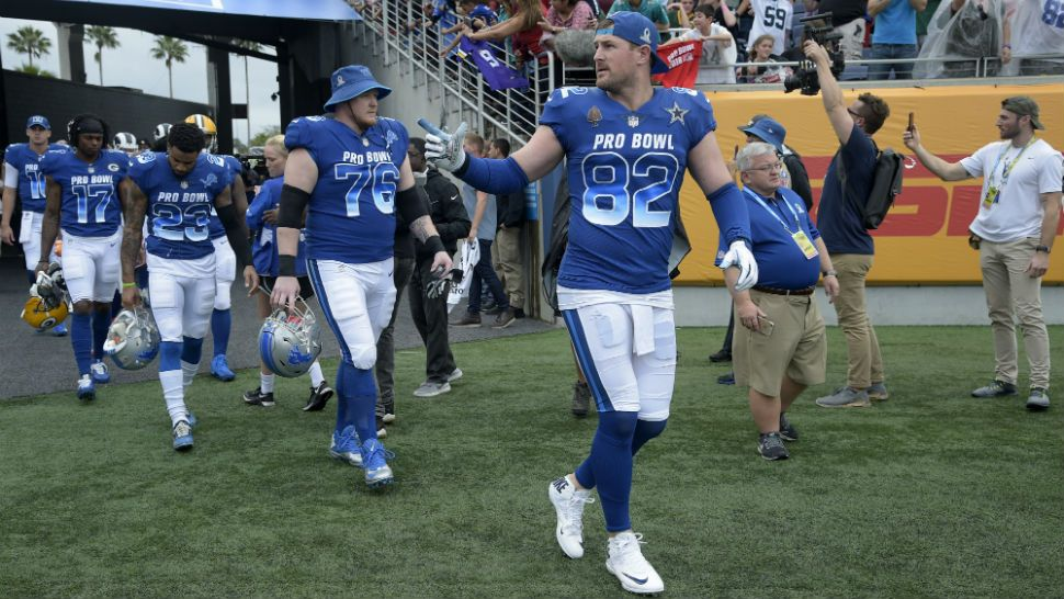 04f84417d77 NFC tight end Jason Witten (82), of the Dallas Cowboys, guard T.J.