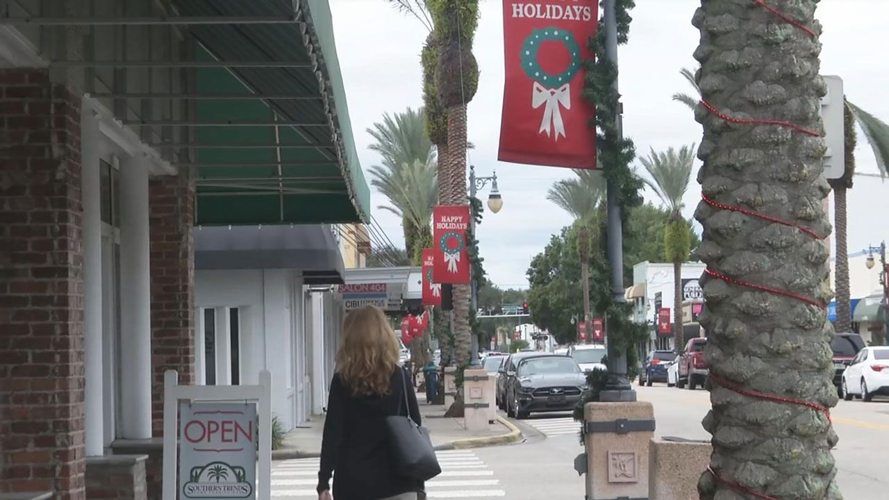 Retail Experts: Consumers May Spend Less This Holiday Season
