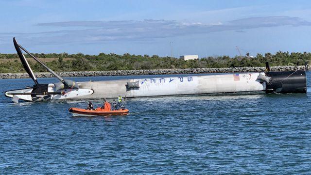 SpaceX Falcon 9 Booster que aterrizó en el océano remolcado a la orilla
