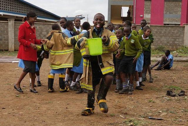 Un niño se divierte durante un ejercicio de prevención de incendios en África (Foto: proporcionada)