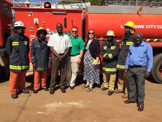 David y Nancy Moore con los bomberos en Malawi (Foto: proporcionada)
