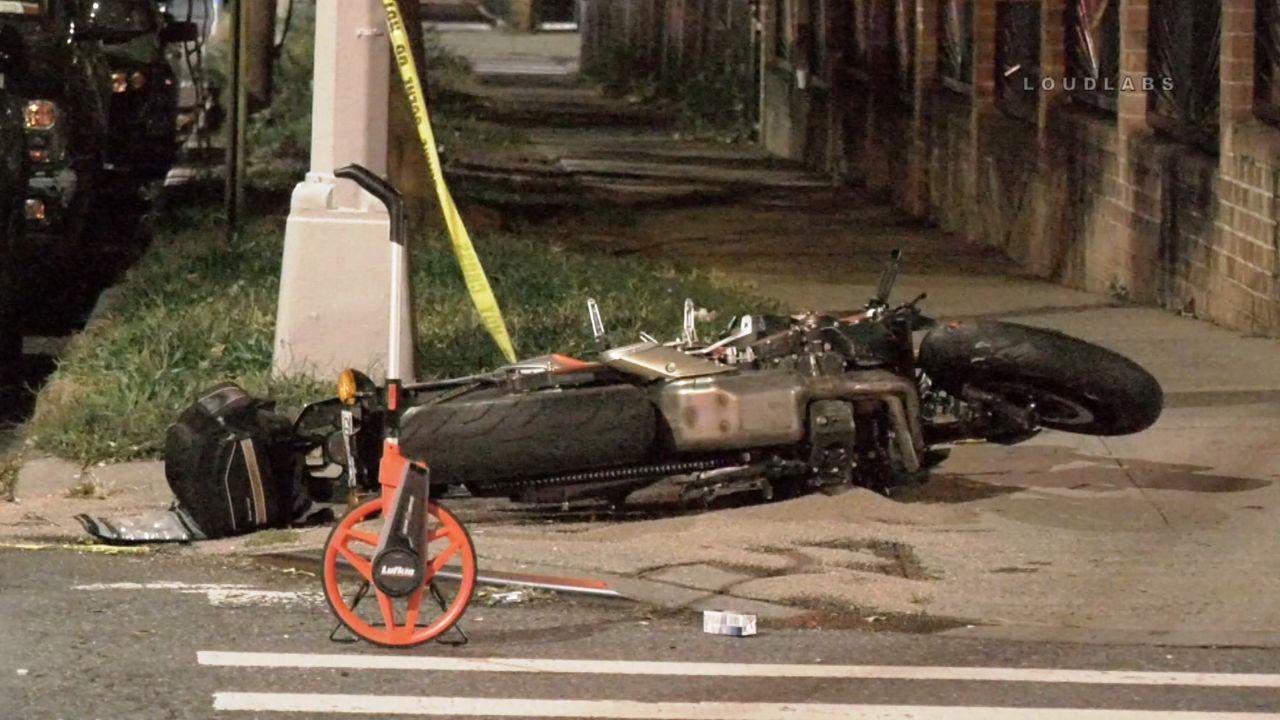 Un motociclista pierde la vida tras ser arrollado por una minivan en Brooklyn.