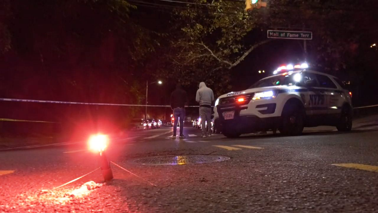 NYPD halla el cadáver de una mujer envuelta en una manta