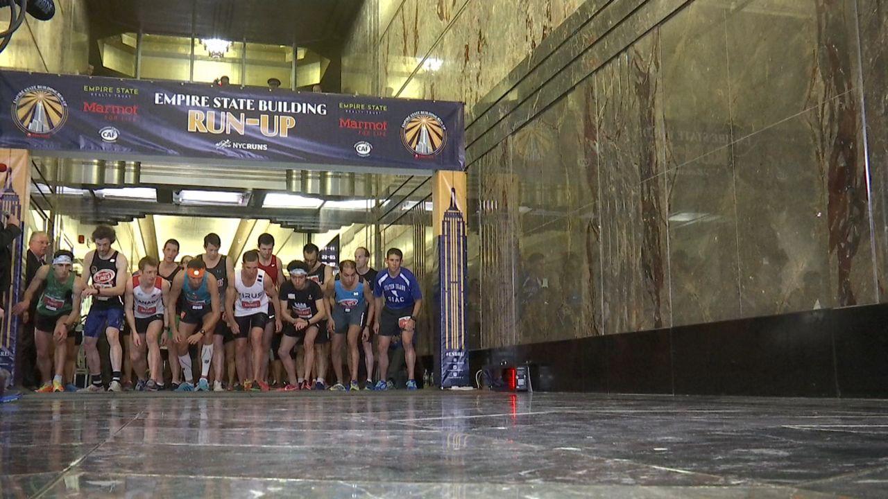 Compiten atletas en una carrera para subir las escaleras el Empire State
