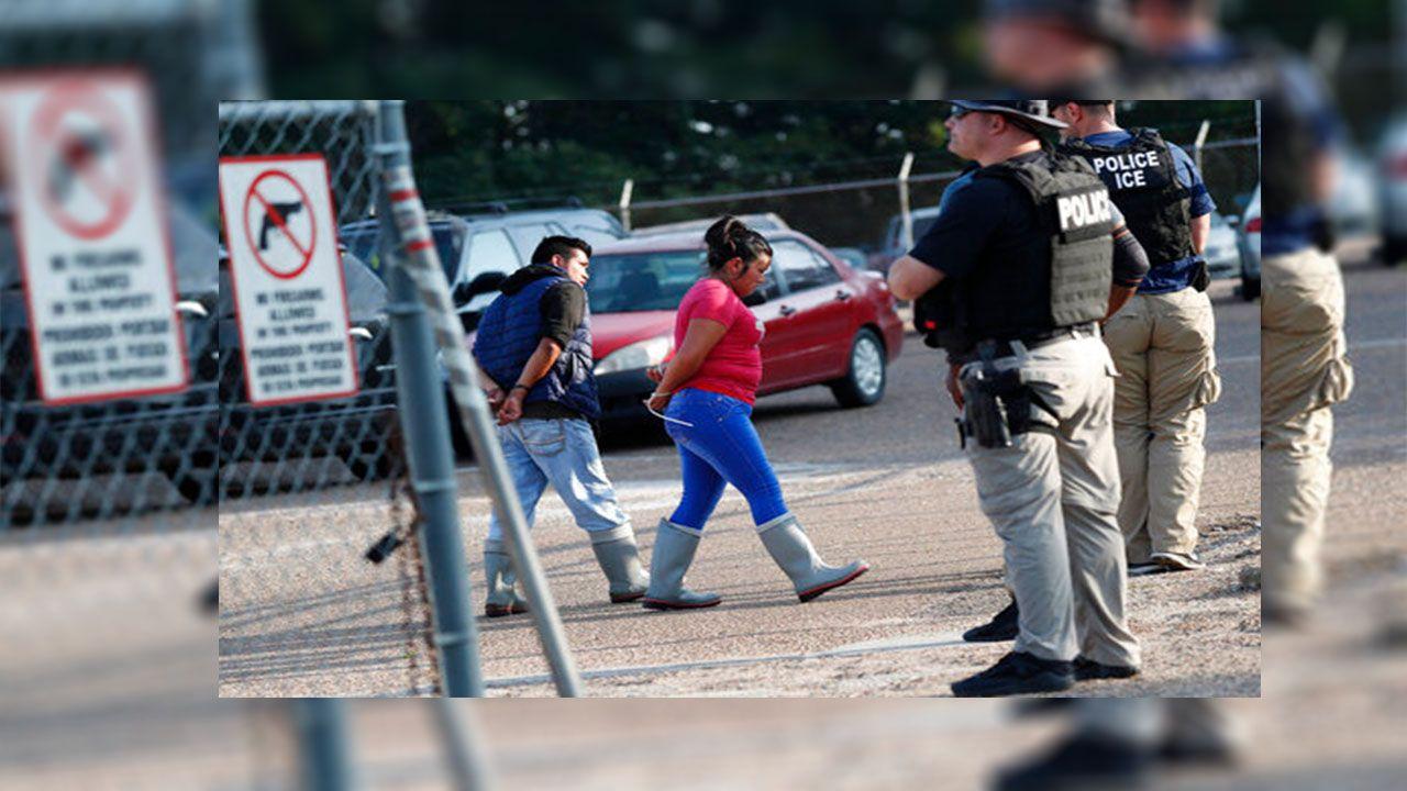 Autoridades migratorias federales arrestaron el miércoles a 680 personas después de realizar redadas en siete plantas procesadoras de alimentos
