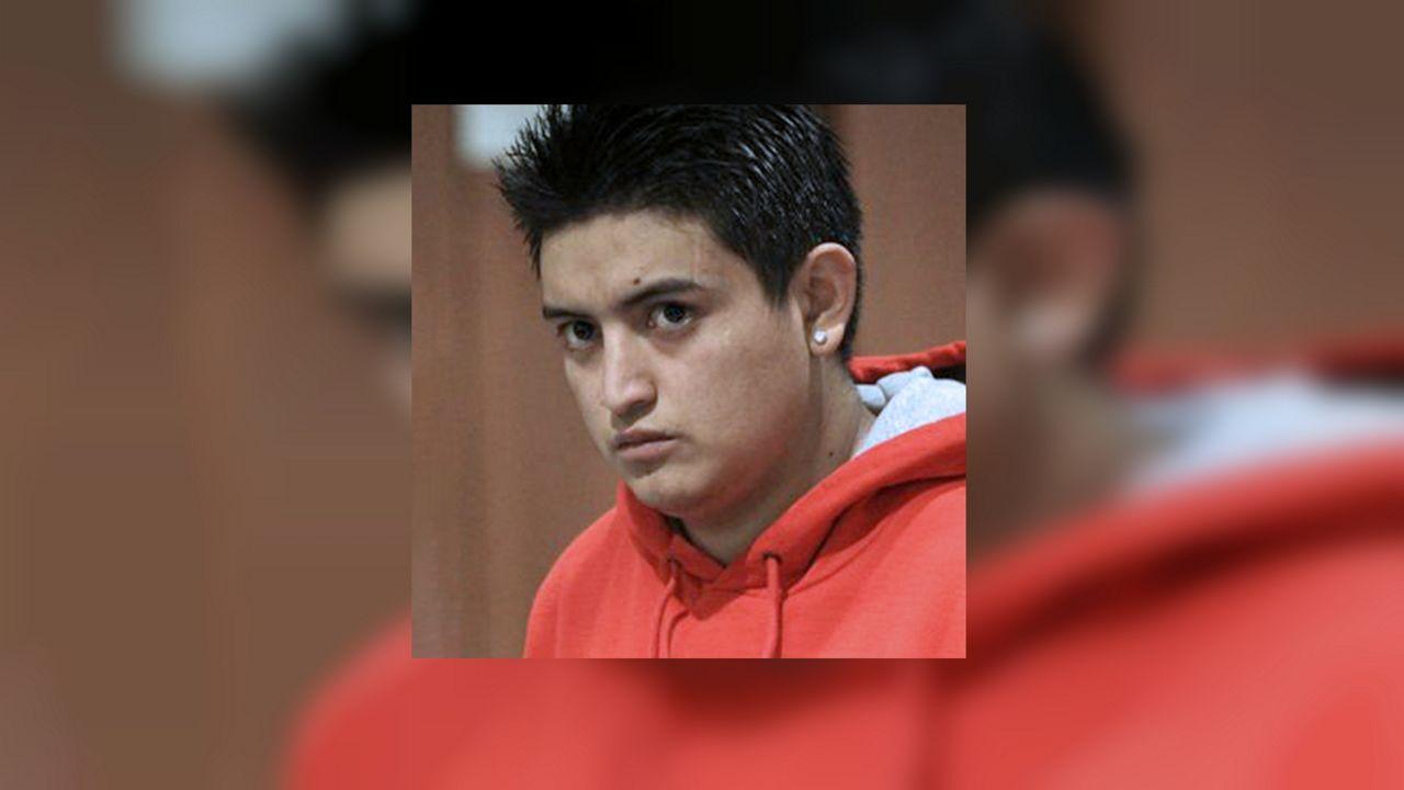 Acusan de homicidio al joven latino que empujó a su casero